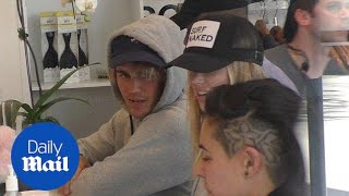 Gambar cover Justin Bieber hangs with Baskin Champion at SoulCycle - Daily Mail