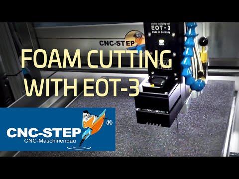 La cuchilla tangencial oscilante EOT 3 corta 50mm de forma orgánica en espuma