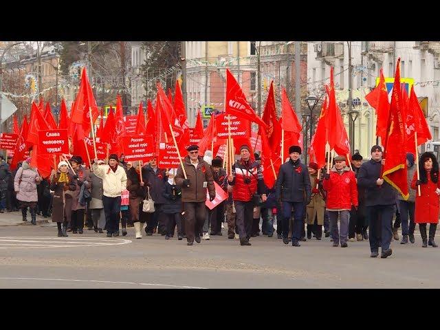 Красные флаги на главной площади