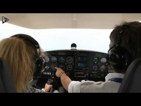 Piloter un avion, un rêve d'enfant devenu réalité. De plus en plus de jeunes décident de sauter le pas avec l'aide financière de leurs parents. Il faut compter 2.500 euros pour une formation initiale. iTELE a embarqué dans un 4 places avec une jeune fille de 15 ans aux commandes.