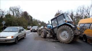 Из за аварии в Туле внедорожника с трактором, трактор разорвало пополам.