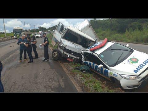 Viatura da Polícia Militar é atingida por caminhão desgovernado na GO 020 em Goiânia