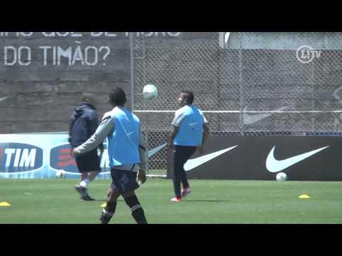 Jorge Henrique mostra toda a sua habilidade ao dominar bola