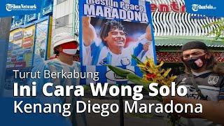 Diego Berpulang, Ini Cara Warga Solo Kenang Maradona: Tenteng Poster Sang Legenda di Tengah Jalan
