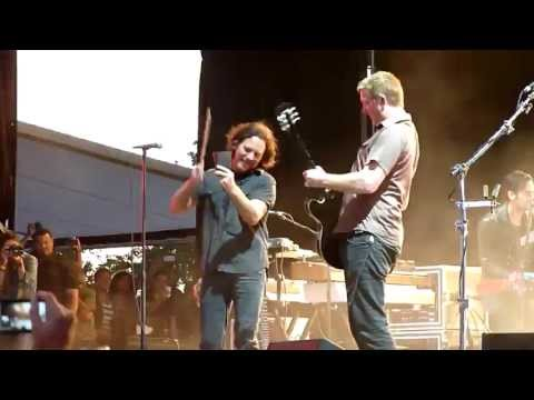 Little Sister - Queens of the Stone Age ft. Eddie Vedder (720p HD Live at Lollapalooza Chile 2013)