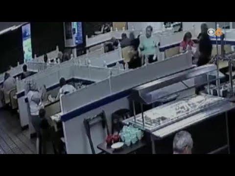 Δραματική διάσωση βρέφους από αστυνομικό