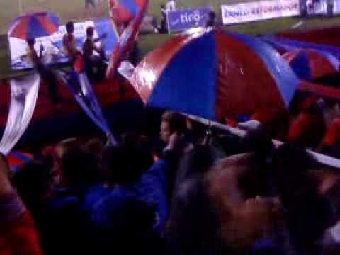"""La Banda del 63 alentando al Xelaju a pesar de la Lluvia!!!!"" Barra: Sexto Estado • Club: Xelajú"