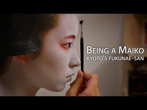 Donna con orologio geisha in linea