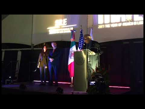 President Emeritus Steven Lavine receives the OHTLI award
