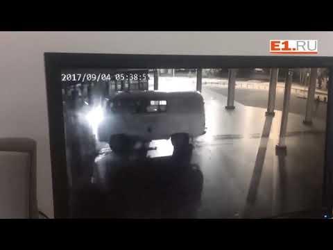 Псих загрузил УАЗ газовыми баллонами и протаранил кинотеатр в Екатеринбурге