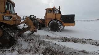 Чистим снег. Вытаскиваем погрузчик из грязи. Буксируем Камазы.
