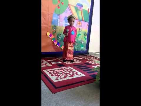 Video Kartini day...alifa pakai baju adat dari Sulawesi...