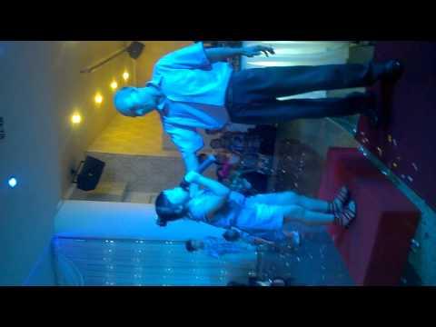 Bé gái 5 tuổi hát tưng bừng ở tiệc cưới kết hợp cùng team múa phụ họa chất lừ