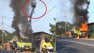 Mobil Crane Terbakar Usai Sentuh Kabel Listrik di Jalan Lintas Pekanbaru-Pelalawan