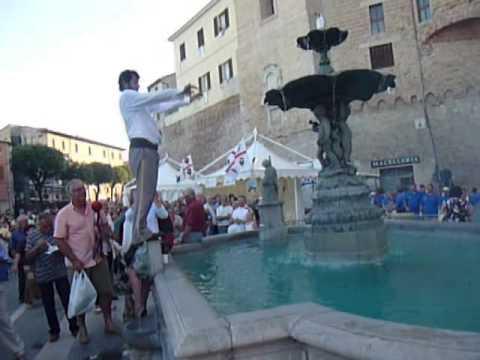 stagno si tuffa nella fontana a san costanzo