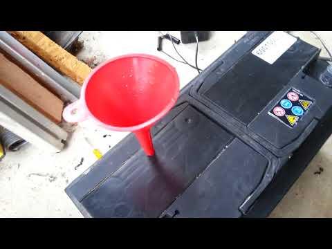 Starterbatterie Autobatterie warten nachfüllen Stopfen bohren
