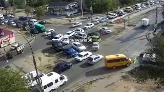 Автолюбитель разрулил пробку на улице Яблочкова в Астрахани