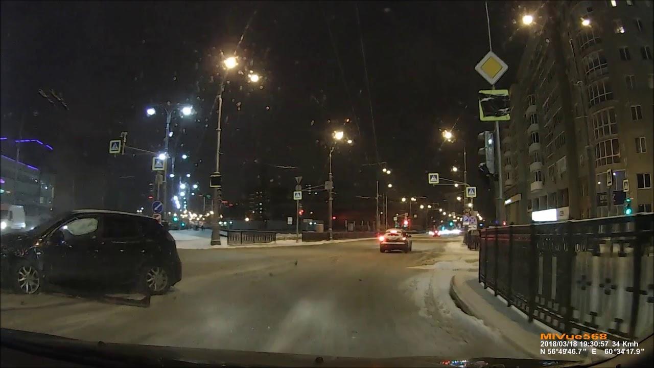 Грузовик вынесло на встречную полосу в Екатеринбурге