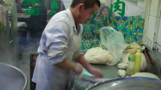 preview picture of video 'Hand Pulled Noodles, Xinjiang La mien'