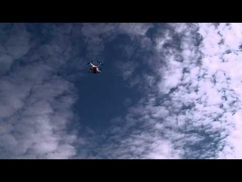 Weißer Copter am blauen Himmel
