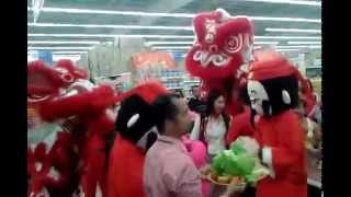 preview picture of video 'Lion Dance Performance At Tesco Taiping During Chinese New Year 2015'