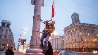 В центре Минска вывесили десятки бело-красно-белых флагов