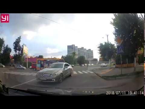Автоледи на Mercedes сбила женщину и скрылась