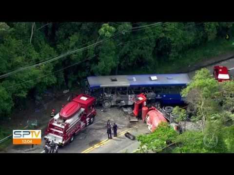Acidente entre ônibus e caminhão deixa 22 feridos e um morto na Grande SP