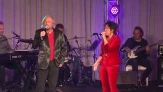 """Kelly Lang & Barry Gibb sing """"Islands In The Stream"""""""