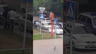 """""""Неуловимая шестерка"""": машины ДПС окружили отвечественный авто в Кемерове"""