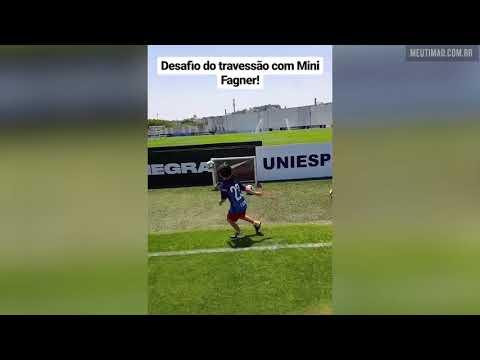 Mini Fagner rouba a cena em treino do Corinthians