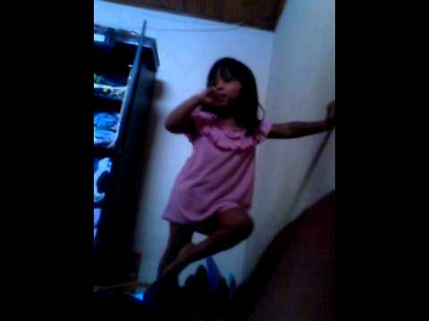 Niña bailando mini