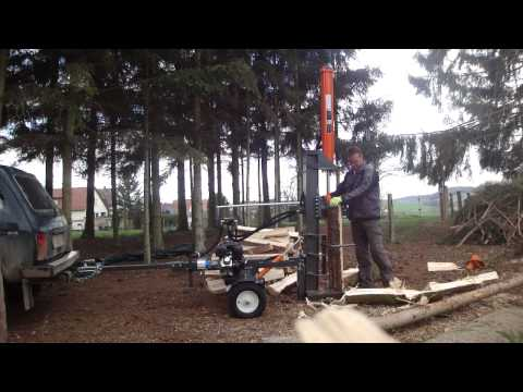 Benzinholzspalter Holzspalter stehend. Brennholz spalten