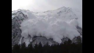 Спуск лавины на северах Чегета
