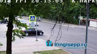 Не успел совершить поворот у полиции. Видео момента ДТП в Кингисеппе с веб-камеры KINGISEPP.RU