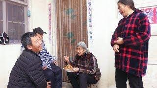 农村大哥做道美食,儿媳妇端给婆婆先品尝,婆婆夸好吃儿媳偷着笑 【泥土的清香】
