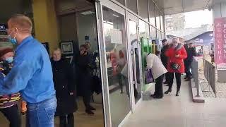 В николаевском супермаркете покупатель распылил газ из баллончика в лицо охраннику. Видео