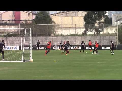 De volta aos treinos, Guerrero marca gol e mostra boa forma