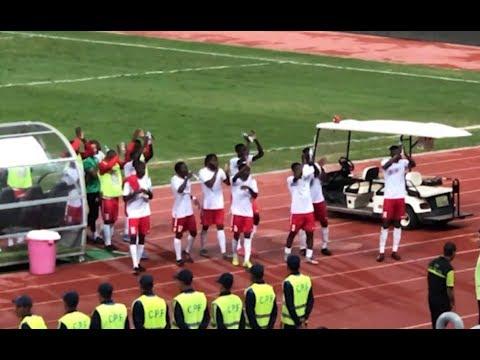 لاعبو كينيا يذهبون لتحية جماهيرهم بعد التعادل مع المنتخب المصري