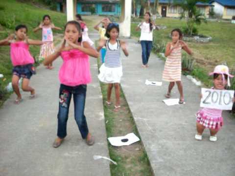 14 taong gulang batang babae na may maliit na suso