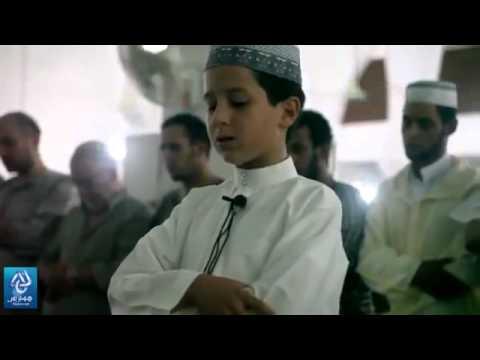 طفل مغربي يؤم المصلين بصوت جميل ..هكذا تكون التربية