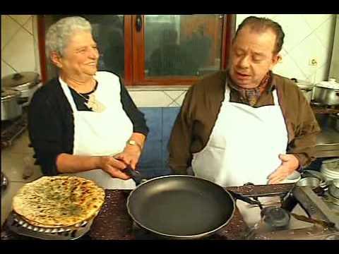 Ο Ηλίας Μαμαλάκης φτιάχνει μαραθόπιτες και κρεμμυδένια καλιτσούνια