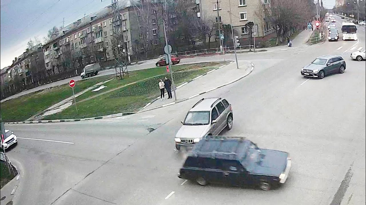 Автоледи подбила жигули на перекрёстке в Серпухове