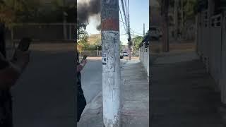 Viatura da Polícia Militar é destruída por incêndio no Rio