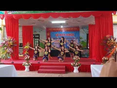 """Tiết mục văn nghệ """"Chiều lên bản thượng"""" do cô giáo trường MN Phú Thịnh biểu diễn trong lễ đón nhận đơn vị văn hóa"""