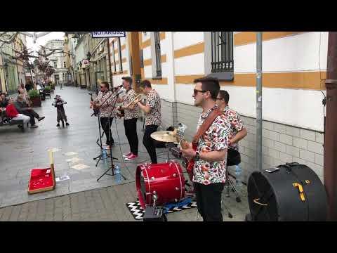 Wideo1: Wakacyjni zagrali koncert na deptaku w Lesznie