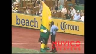 Охранник показал банану как нужно танцевать