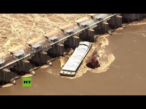 Momento exacto: dos barcas se hunden tras fuertes inundaciones en Oklahoma