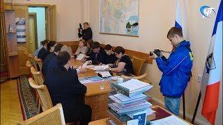 Кандидат на пост губернатора Антон Морозов передал подписные листы в избирком