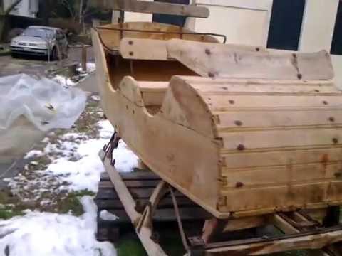 slitta in legno antica trainata da cavalli